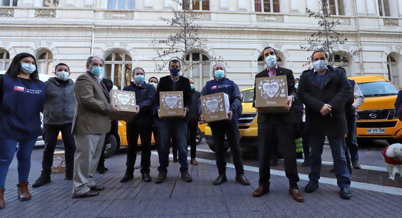 CPC y Banco de Chile entregan cajas de alimentos en Santiago